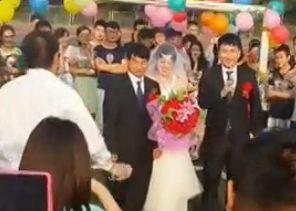 实拍大学生毕业前夕办操场婚礼 从宿舍迎亲