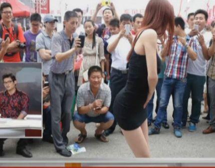 郑州车展车模摆性感姿势引众男狂拍裙底