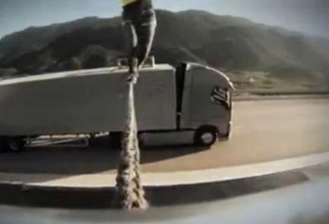 实拍美女在两辆高速行驶卡车上走钢丝